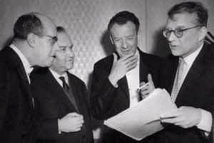 Los solistas Mstislav Rostropovich y David Oistraj junto a los compositores Benjamin Britten y Dmitri Shostakovich.