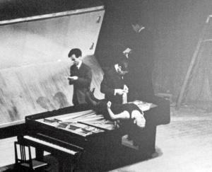 John Cage y Yoko Ono en una performance en Japón, 1962.