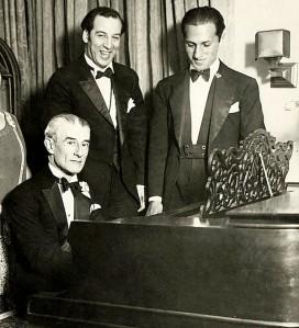 Los compositores Maurice Ravel (al piano) y George Gershwin (a la derecha).