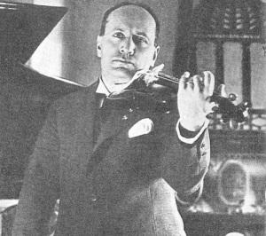 Benito Mussolini tocando el violín.