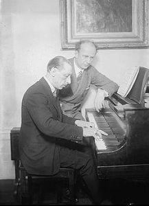 Stravinsky (al piano) con Wilhelm Furtwängler, director de la Orquesta Filarmónica de Berlín durante los años del nazismo.