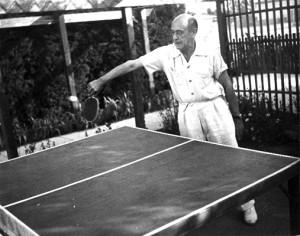Arnold Schönberg jugando al ping pong.