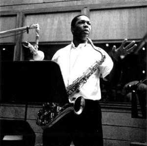 John Coltrane en un estudio de grabación.