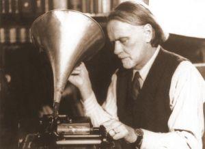Zóltan Kodály estudiando registros fonográficos.