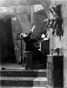 Escena de El fantasma de la ópera [1925], según la novela de Gaston Leroux [1910], responsable de una icónica asociación del órgano con la ópera.