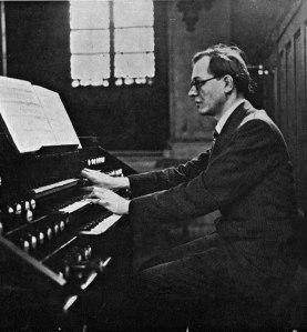Olivier Messiaen en el órgano de la Ste.-Trinité en 1940.