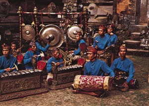 Gamelán balinés, con bombo, gongs y metalófonos.