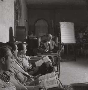 Schönberg dando clase en la Universidad de California en 1947.