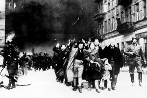 Tropas alemanas efectúan una redada en Varsovia.